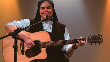 Irmã Ana Paula canta