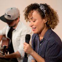 Ana Lúcia canta e reza com a canção Na Intimidade