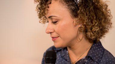 Ana Lúcia canta e reza com a canção: O Espírito e a Noiva