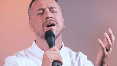 Inspirado na canção Grande Rei, Cassiano Meirelles reza no Cantarolando