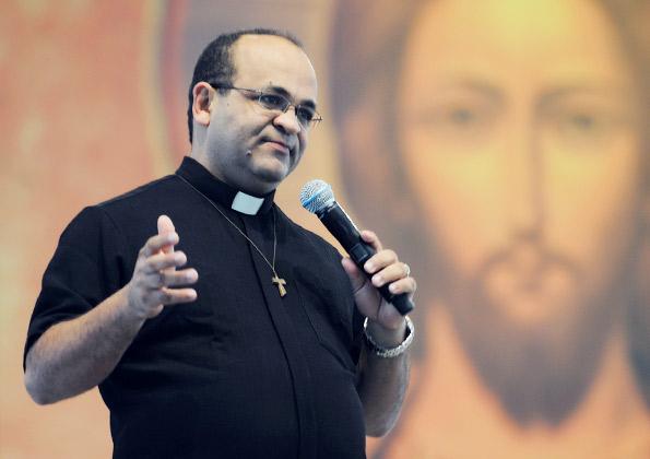 Padre Edimilson Lopes convida cinco Jovens Sarados para testemunhar no palco do centro de Evangelização da Canção Nova. Foto: Arquivo CN