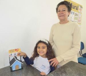 Ana Beatriz e sua avó Maria Aparecida contribuem para ´Projeto Dai-me almas'.