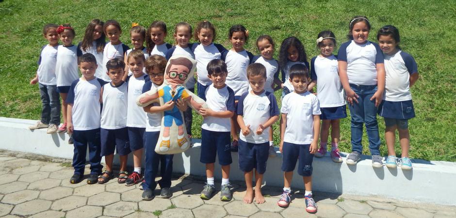 Nossos pequenos se divertiram e aprenderam muito com o mascote da turma o Menino Jonas.| Foto: Maria Rita