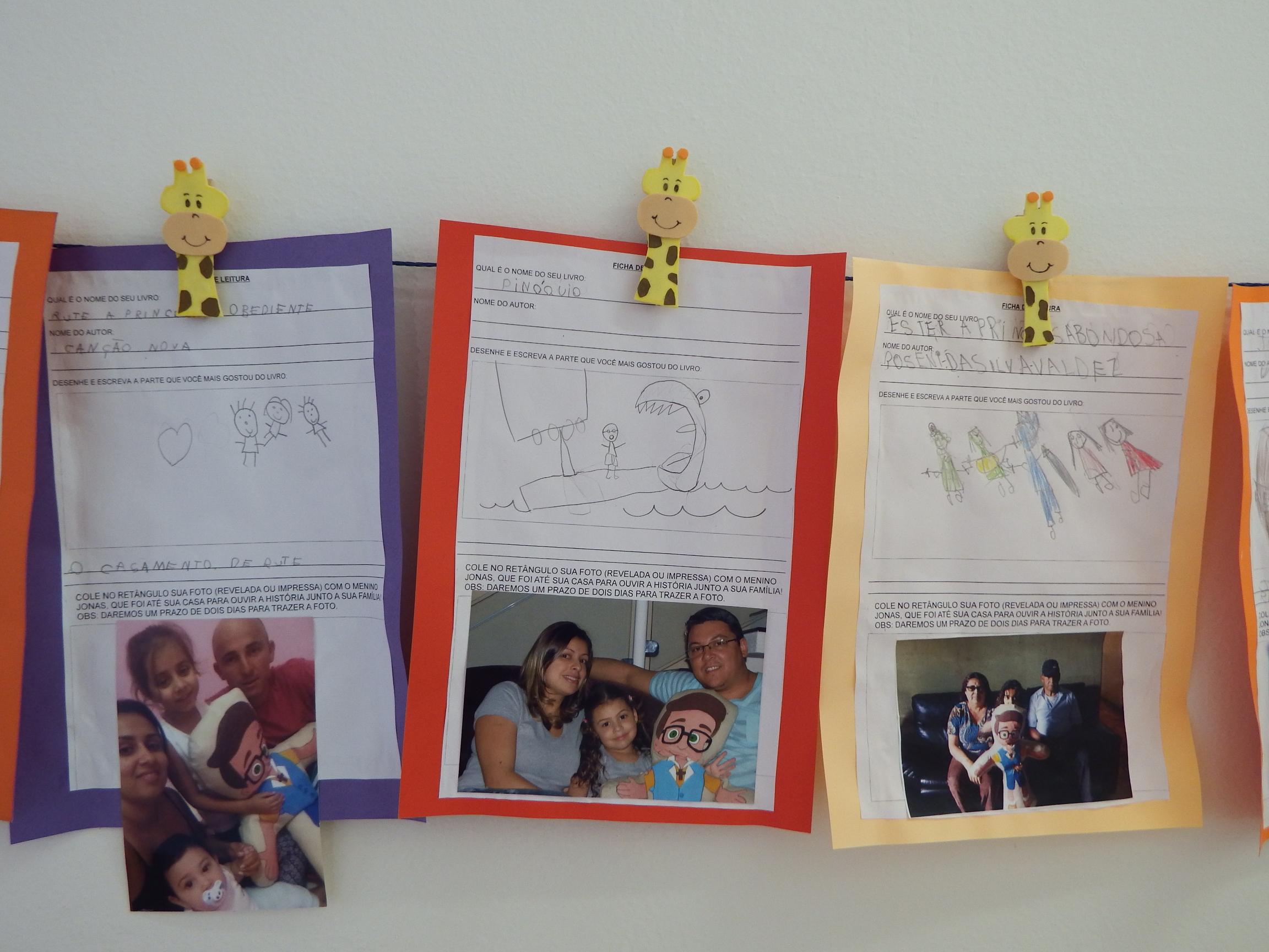 Varal da leitura, uma exposição das fichas feitas pelos alunos.