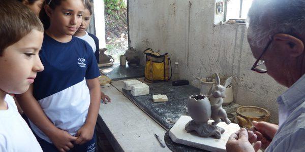 Estudantes acompanharam a fabricação de pequenas obras em forma de animais e vasos  Foto: Maria Rita