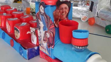 Educandos confeccionam brinquedos com materiais recicláveis