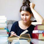 https://pixabay.com/pt/photos/livros-mulher-menina-jovens-estudo-4118058/