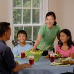 https://pixabay.com/pt/photos/fam%C3%ADlia-comer-na-mesa-jantar-pais-619142/