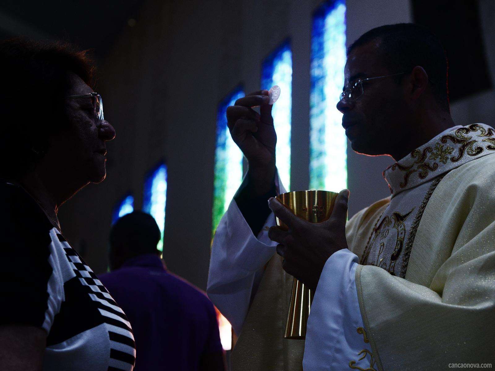 Saiba o que o Catecismo ensina sobre a Eucaristia