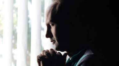 A oração é a chave do nosso dia e ferrolho da nossa noite