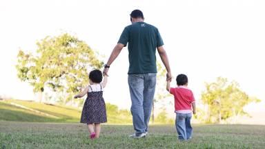 Como um pai educa seus filhos