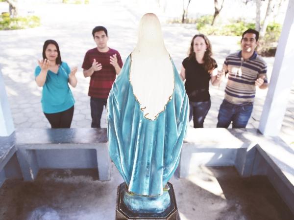 Qual a diferença entre venerar e adorar