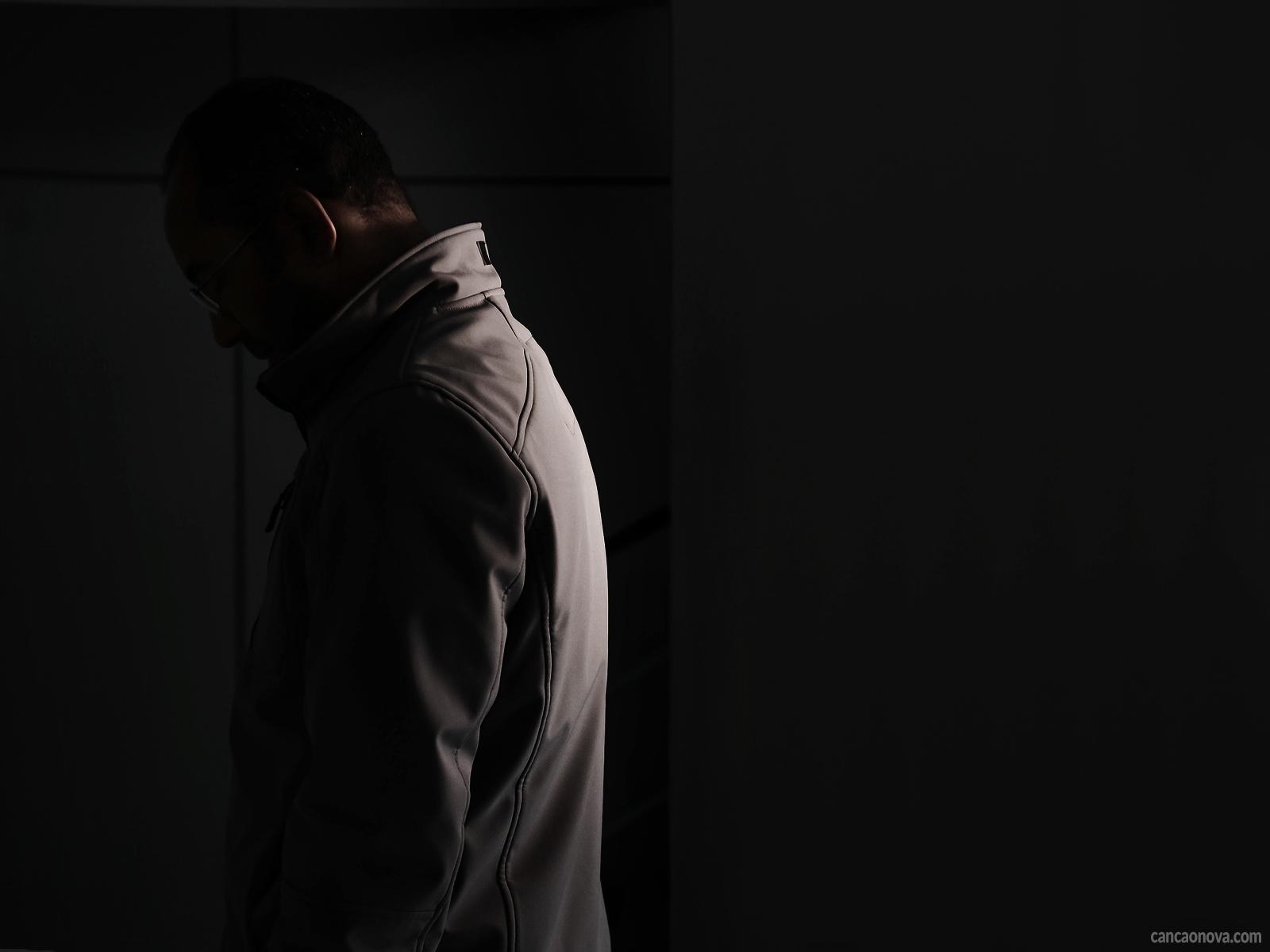 A persistência da tristeza causa a doença da depressão