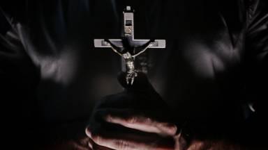 O que é a prática do exorcismo e quem pode ministrá-lo?