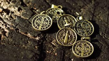 A medalha de São Bento é a medalha da Santa Cruz