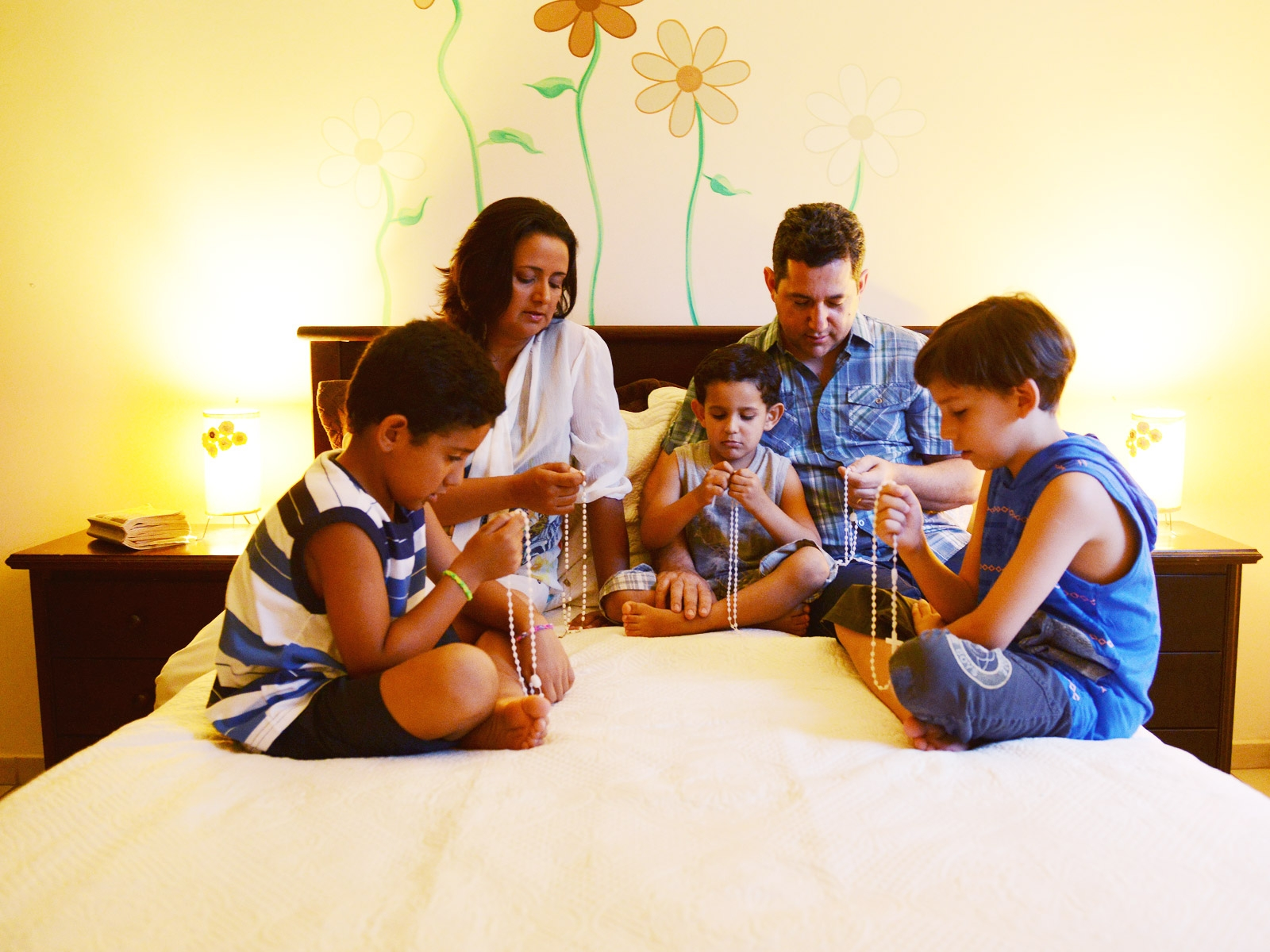 family praying the rosary - 600×450