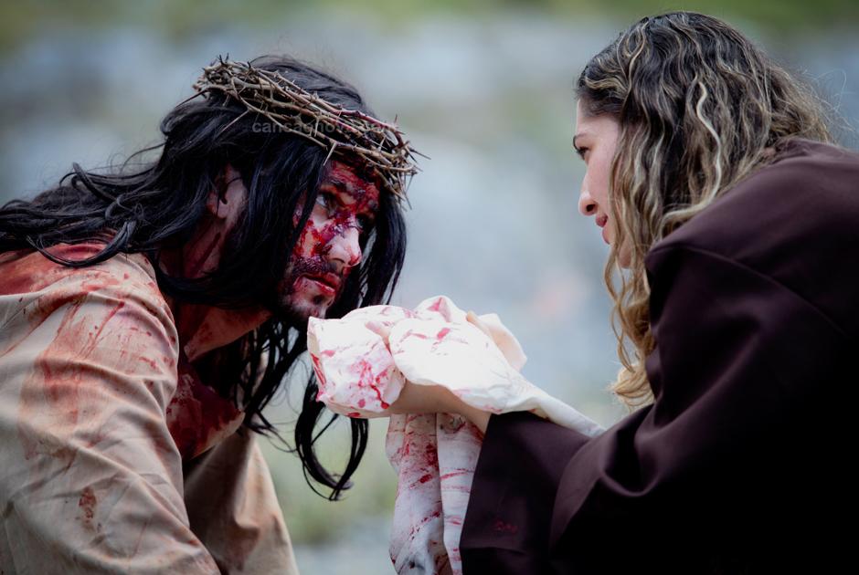 VI Estação – Verônica enxuga o rosto de Jesus