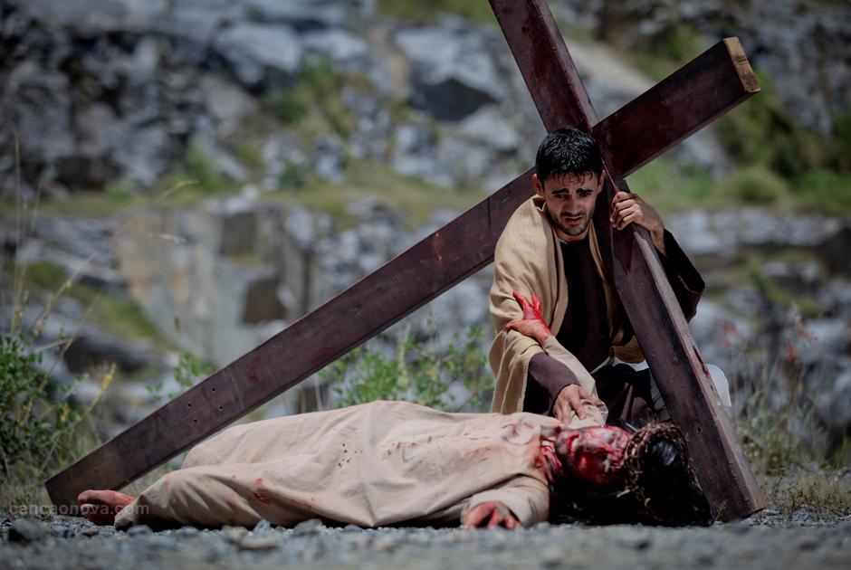 V Estação – Simão Cirineu ajuda Jesus a levar a cruz