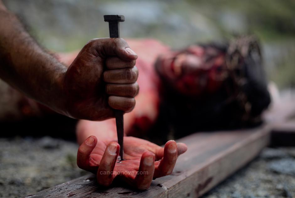 XI Estação – Jesus é pregado na cruz