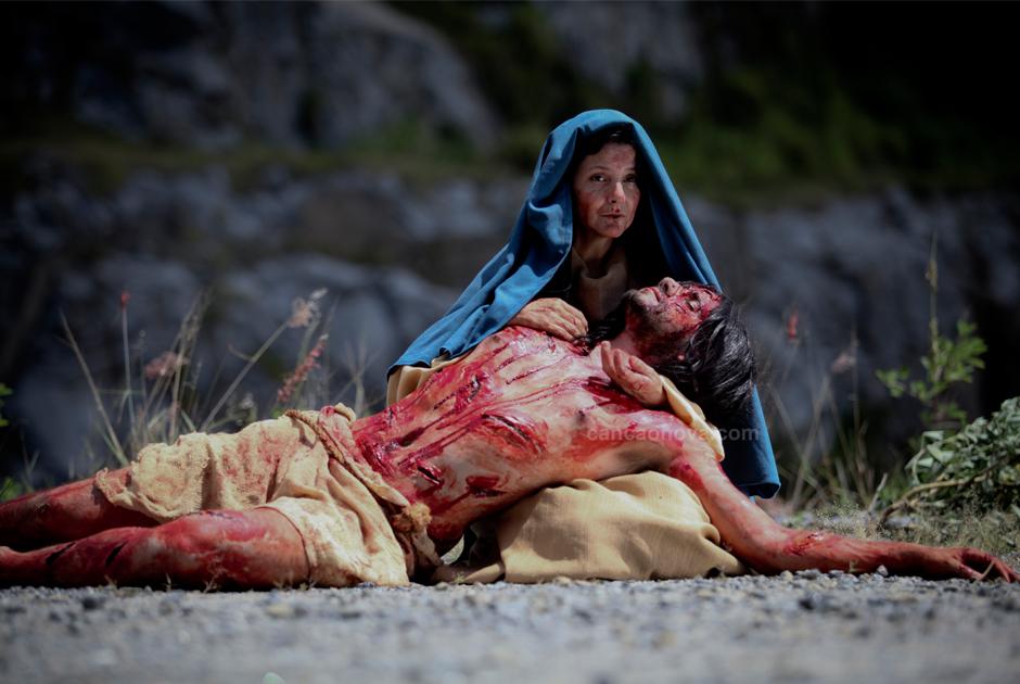 XIII Estação – Jesus é descido da cruz