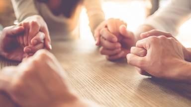 Por meio desta oração, guarde seus amigos no coração de Deus