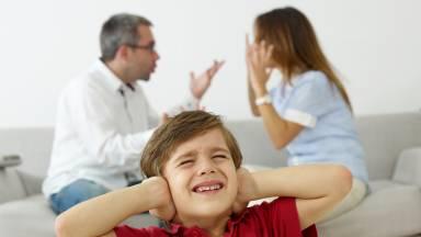 É normal os pais brigarem na frente dos filhos?