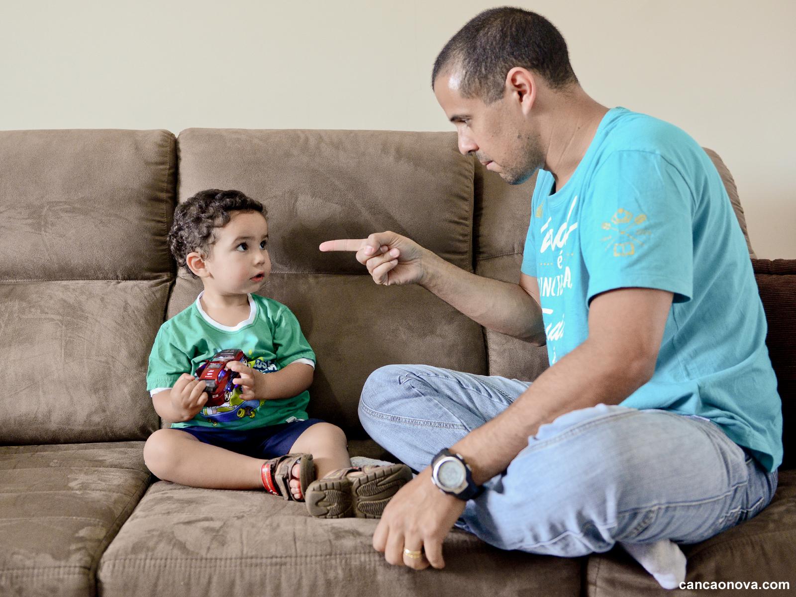 Sinais de que você está sendo muito duro com seus filhos