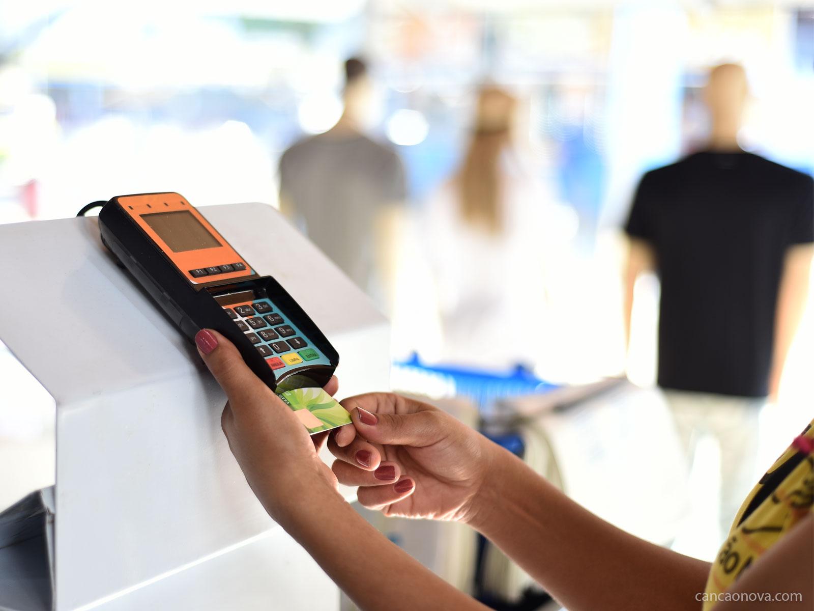Cartão de crédito e cheque especial: como usá-los?