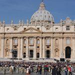 Como acontece a canonização de um santo