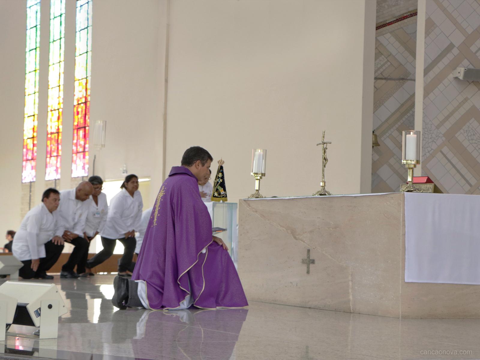 Por que as pessoas se inclinam quando passam diante de uma capela ou altar