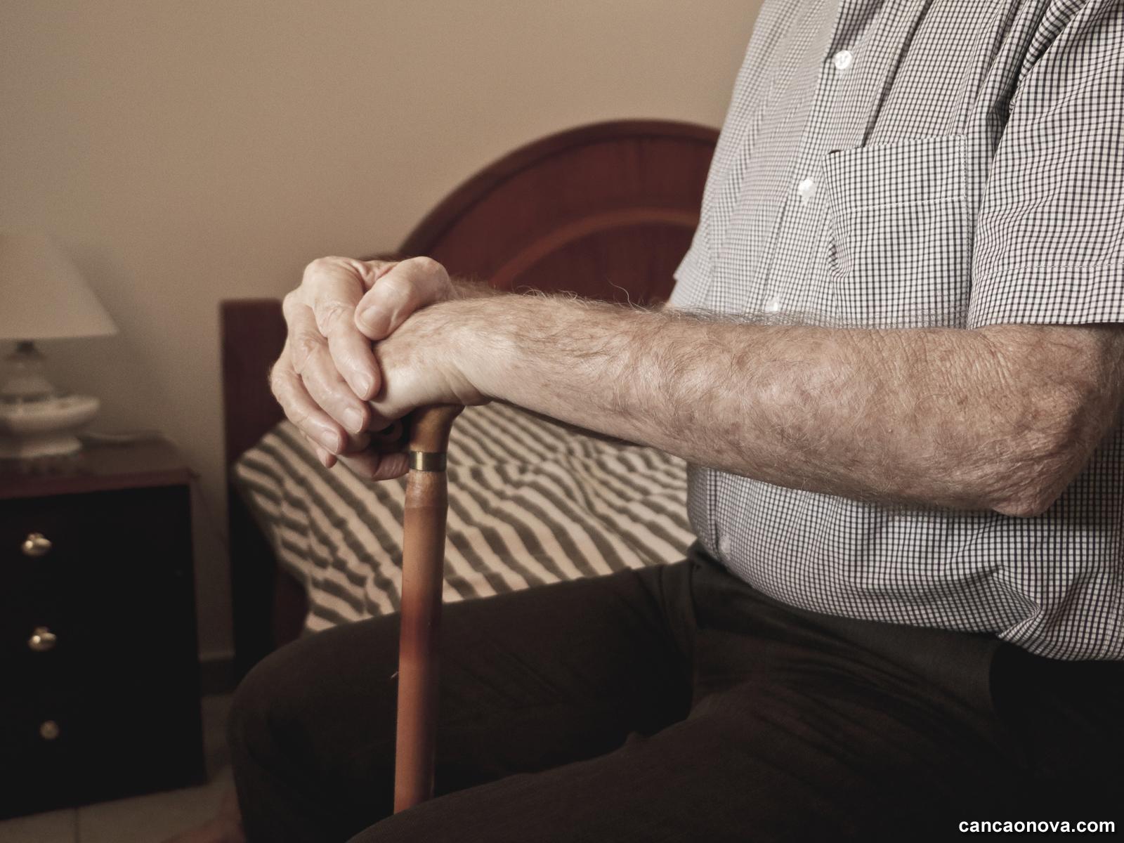 O que o sentimento de solidão pode trazer para a velhice -