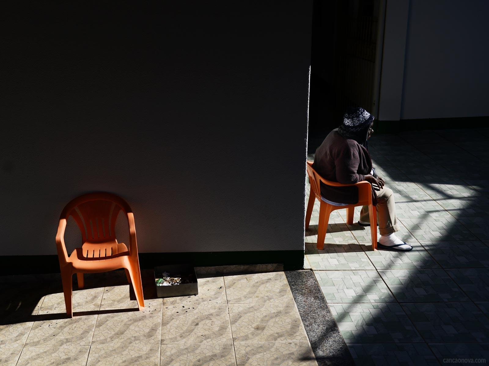 O que o sentimento de solidão pode trazer para a velhice?