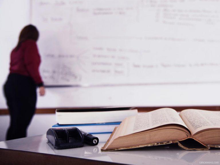 Qual a diferença entre o professor e o educador?