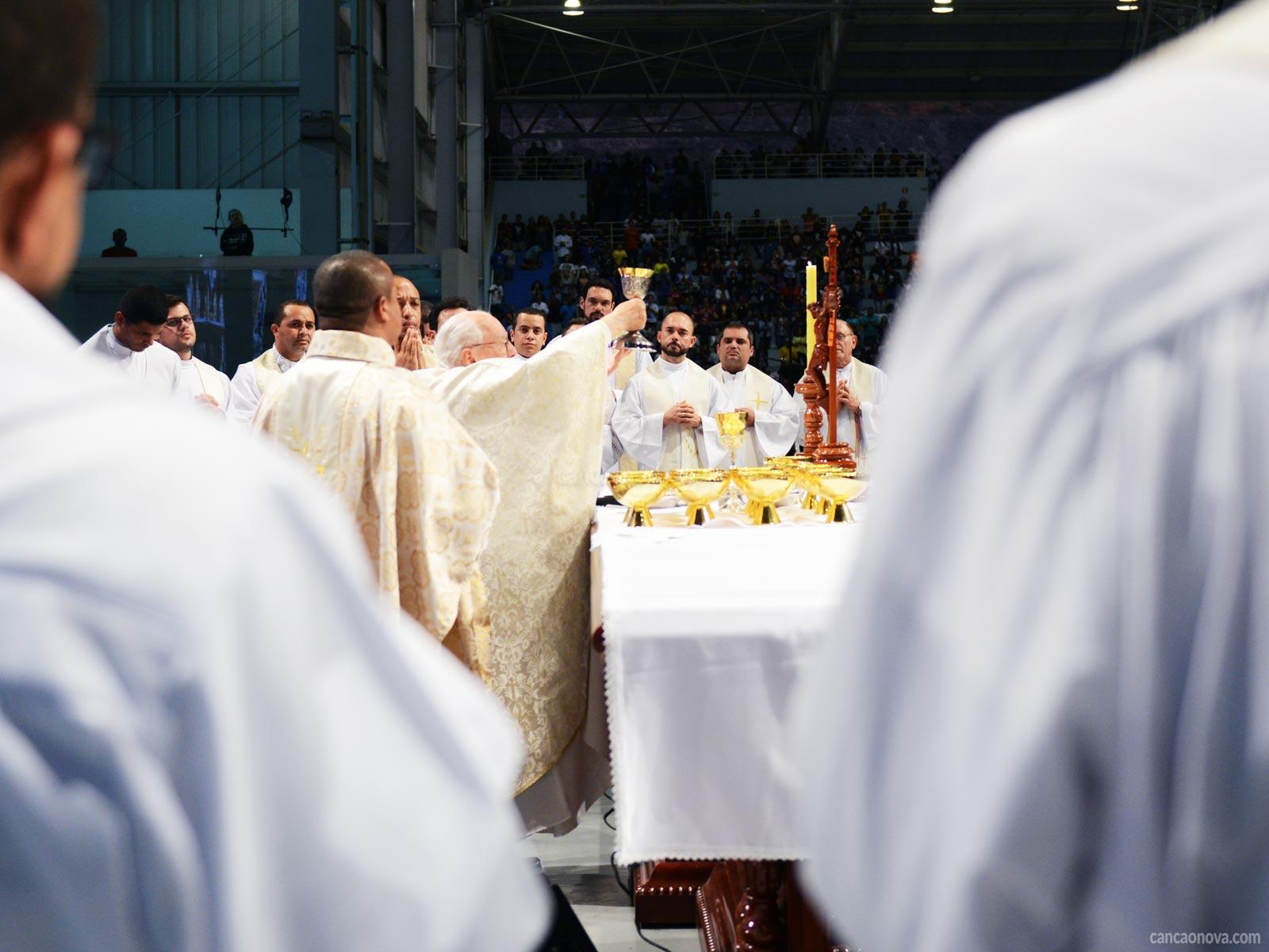 O que é necessário para celebrar a Santa Missa
