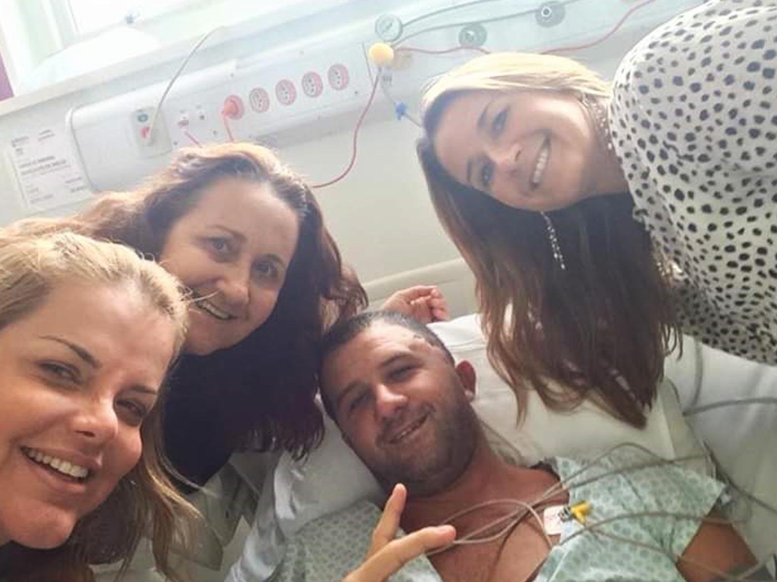 Vinícius e sua família após o tratamento cirúrgico
