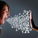 O que a Bíblia diz sobre palavras de maldição?