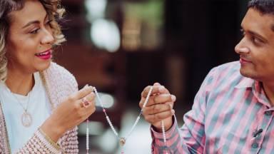 Aprenda a rezar o terço do amor com Alexandre e Juliana de Paula