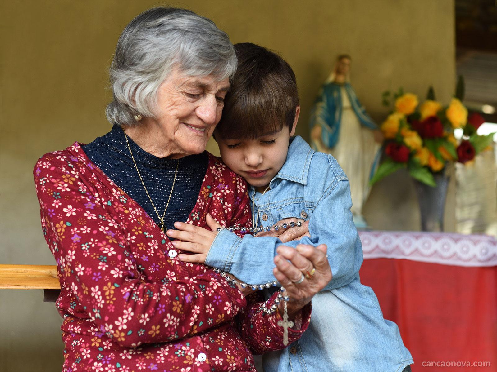 Resultado de imagem para avó e neto a rezar na Igreja