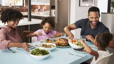 Refeição em família traz benefícios ao lar