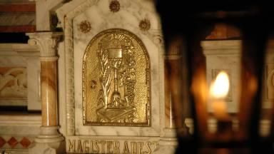 Como saber da presença da sagrada hóstia no sacrário?