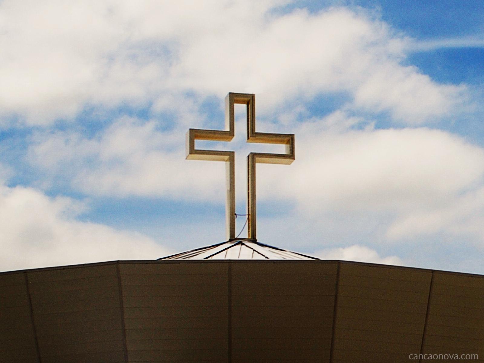 A cruz permanece firme enquanto o mundo gira
