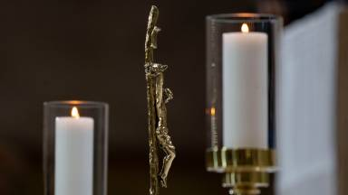 Você sabe como é a disposição das velas no altar?
