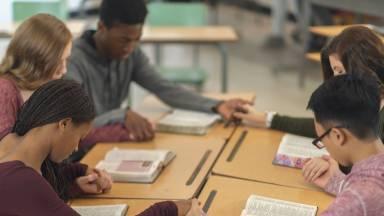 Envolver a pastoral juvenil com iniciativas de reflexão e discussão