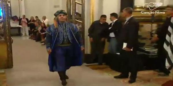 Desfile apresenta vestes típicas do Oriente Médio
