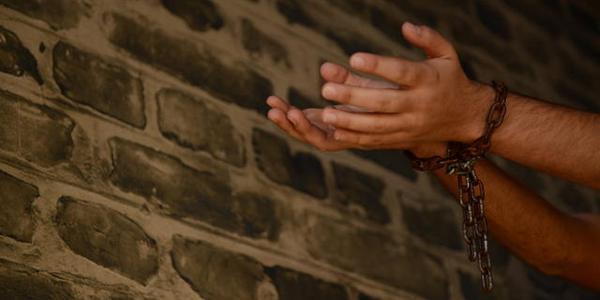 Sacerdotes e psicólogo discutem a cura e libertação na fé