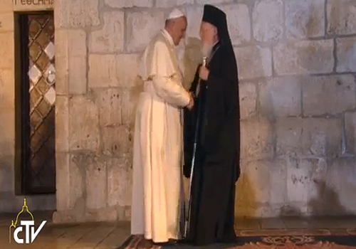 Papa Francisco abraça o Patriarca Bartolomeu I na Basílica do Santo Sepulcro