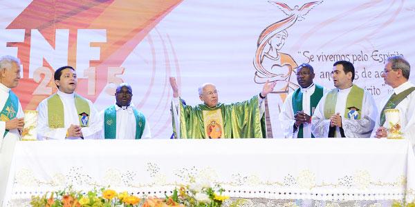 Monsenhor Jonas celebrando a missa de encerramento no ENF 2015