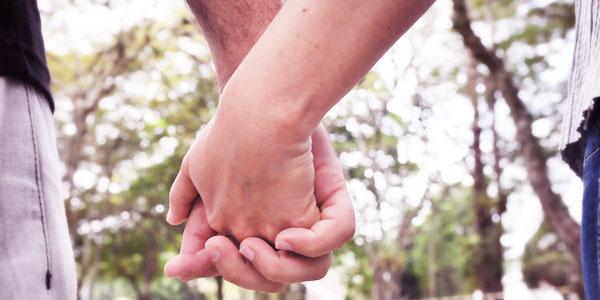 Casal testemunha os desafios do namoro, noivado e casamento