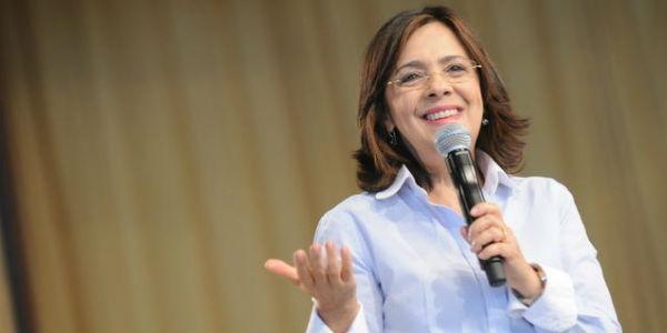 Luzia Santiago conduz o programa O amor vencerá
