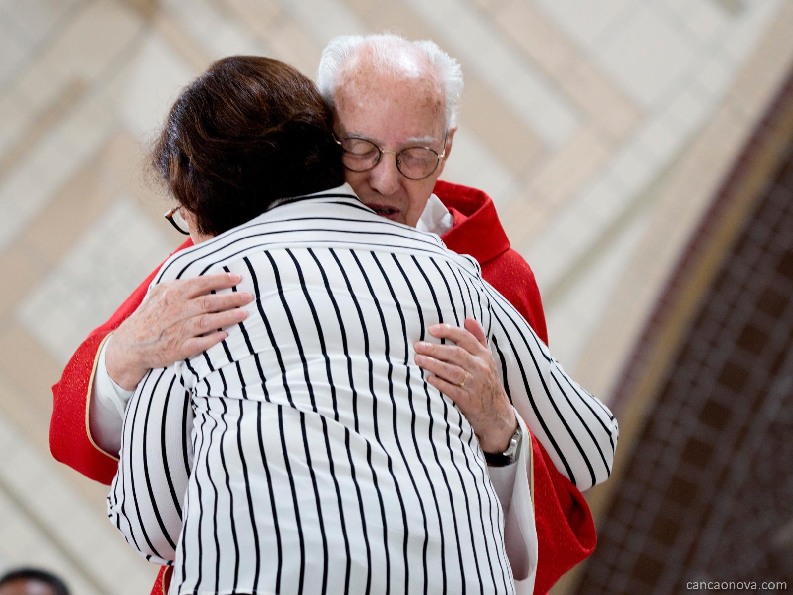 Nesta primeira foto da matéria, o Fundador da Comunidade Canção Nova abraça a recém empossada Formadora Geral da Comunidade, Vera Lúcia Reis